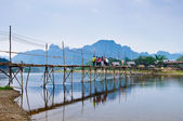 Wood bridge over river song to riverside guesthouse, Vang vieng, Laos — Stock Photo