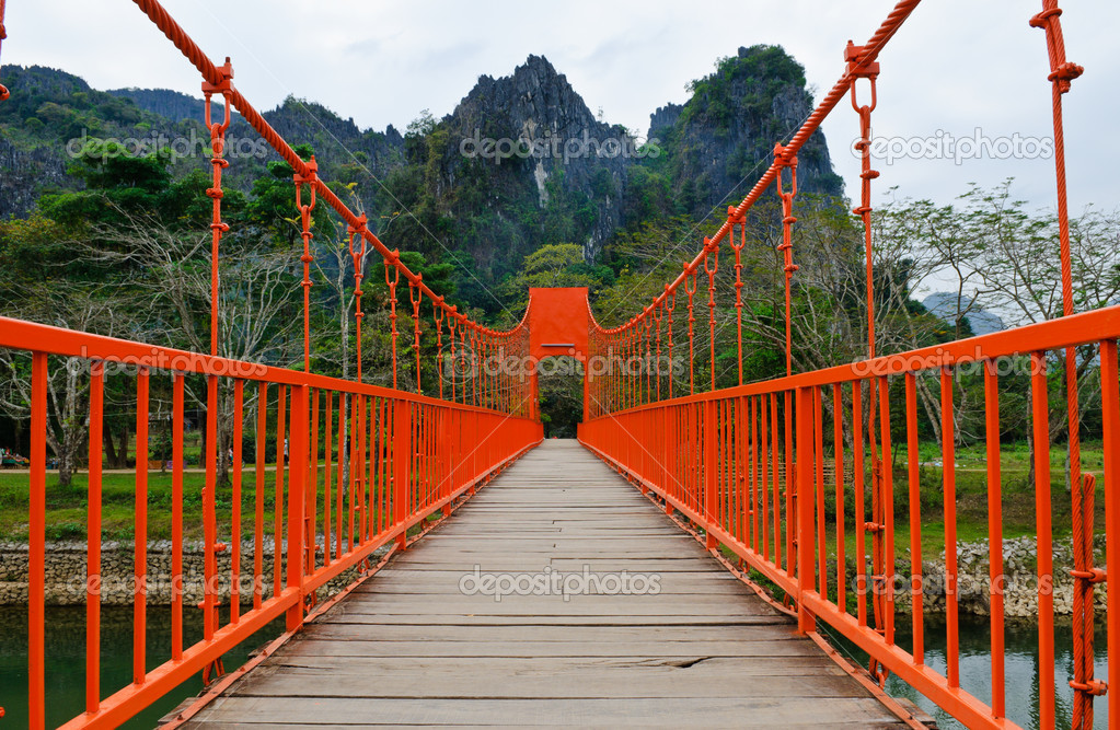 Red bridge over song river, vang vieng, laos — Stock Photo #9929180