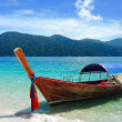 Foto Stock: Traditional Thai longtail boat at beach, Rawi island, Thaila