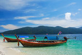 Traditional Thai longtail boat at the beach, Rawi island, Thailand — Stock Photo