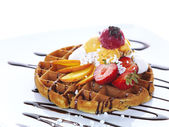 Waffle with ice cream,fresh fruit and chocolate sauce — Stock Photo