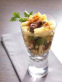 Een pastasalade in een glas — Stockfoto