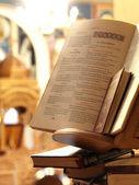 Heilige bijbel in een orthodoxe kerk — Stockfoto