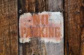 高齢木に対して駐車禁止標識 — ストック写真