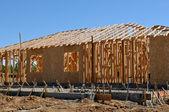 новый дом в стадии строительства с фондом — Стоковое фото