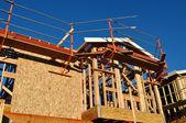 новый дом в стадии строительства с лесов — Стоковое фото