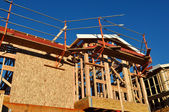 Nuova casa in costruzione con ponteggi — Foto Stock