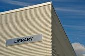 Edificio con nubes y un cielo azul de la biblioteca al aire libre — Foto de Stock