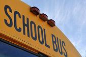 Školní autobus zblízka s modrou oblohou — Stock fotografie