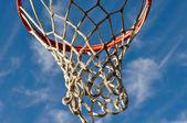 Koszykówka obręcz z chmury i błękitne niebo — Zdjęcie stockowe