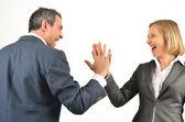 молодой бизнес-коллег, передавая друг другу высокие пять изолированных — Стоковое фото