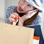 joven hermosa mujer sosteniendo bolsas de papel y hablando celular — Foto de Stock   #10468405