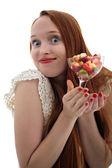 有吸引力长发美女持一杯水果杯 — 图库照片