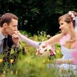Жених целует руку невесты — Стоковое фото