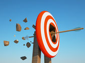 Arrow pierces the target — Stock Photo