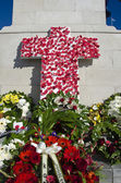 Wreaths and poppies laid in honour to remember fallen servicemen and women who have died at war. — Stock Photo