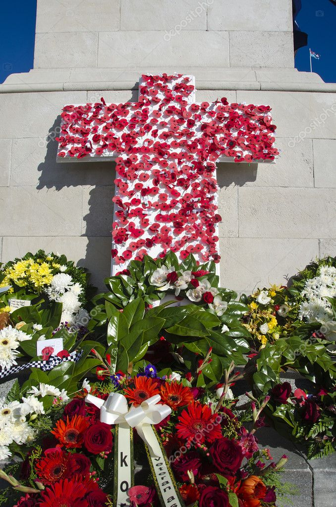 Wreaths and poppies laid in honour to remember fallen servicemen and women who have died at war. — Stock Photo #10265816