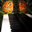 Flowers on the piano — Stock Photo
