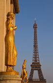 Golden statues at the Trocadero — Stock Photo