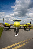 Små flygplan sitter sysslolös på banan — Stockfoto