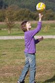 девушка с мячом для волейбола — Стоковое фото
