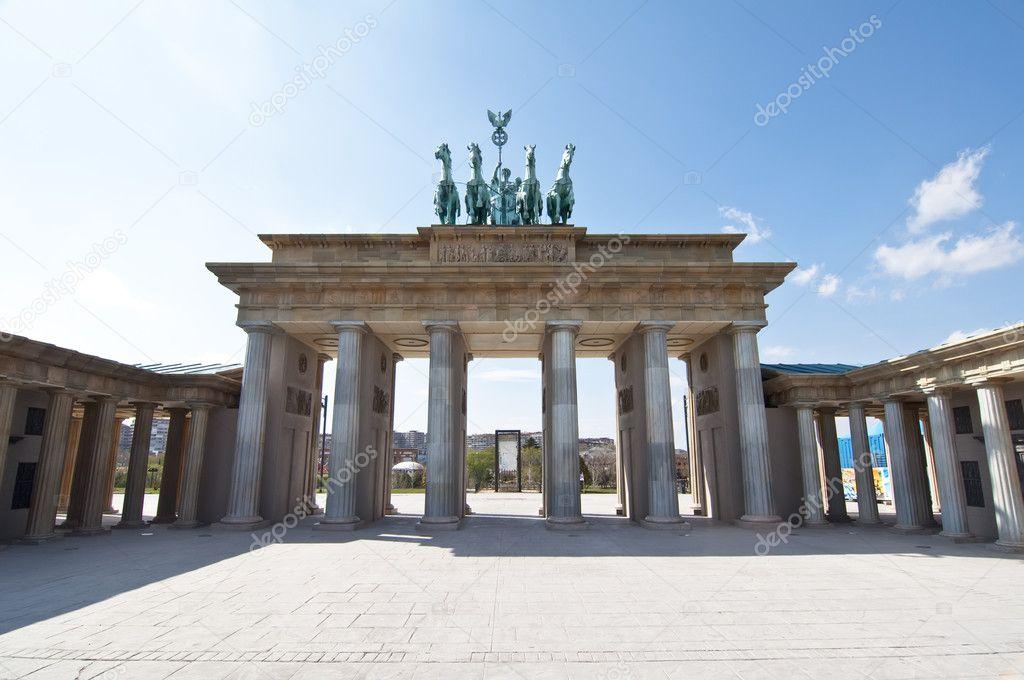 Puerta de brandenburgo en escala en parque europa for Trasteros en torrejon de ardoz
