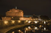Night view of the castle and bridge of Sant'Angelo in Rome — Stockfoto