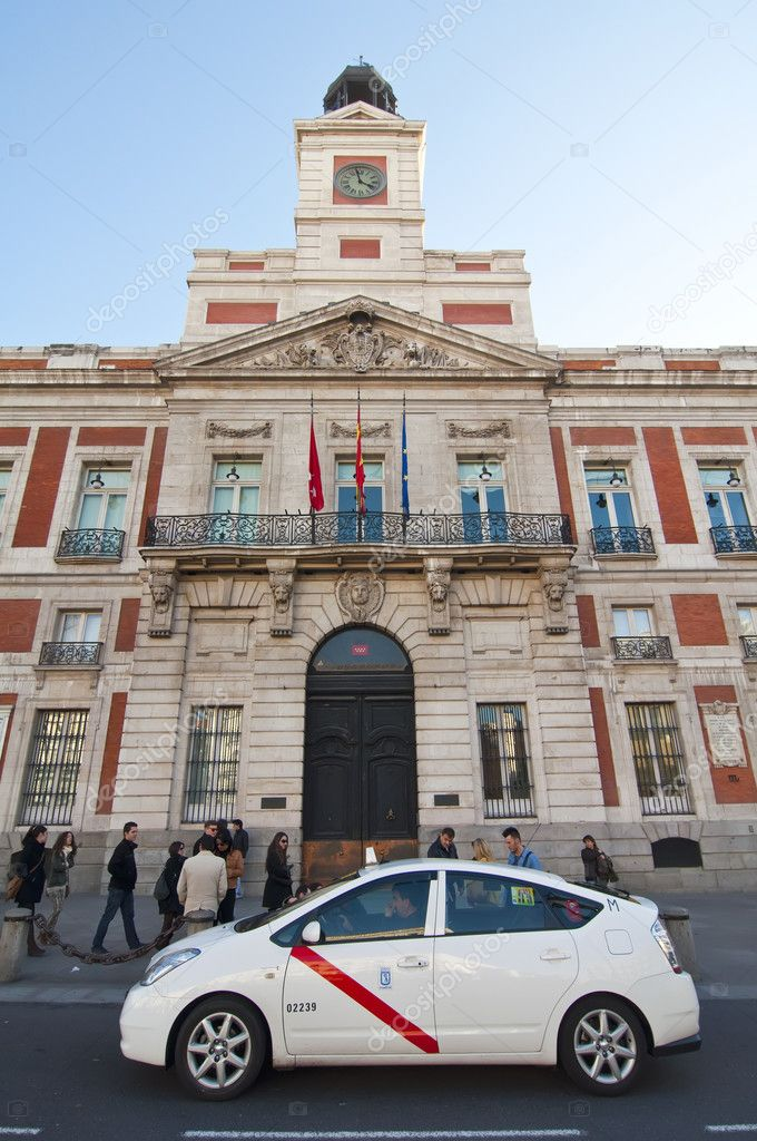 MADRID, SPAIN-27 NOVEMBER: taxi stand in front of the Real Casa de Correos building on November 27, 2011 in Madrid, Spain.  In the city of Madrid has 15,704 taxis. Covering the Madrid metropolitan area and 38 municipalities integrates unified — Stock Photo #10337631
