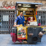 kastanje grill en verkoop op de straat — Stockfoto
