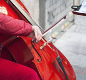 Suonare il violoncello in strada — Foto Stock