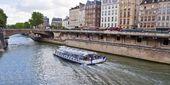Barco turístico navegando por el Sena — Foto de Stock
