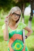 Bella estudiante universitaria en el parque. tiro al aire libre — Foto de Stock