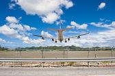 Direto de pouso de avião — Fotografia Stock