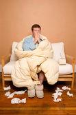 больной человек чихание — Стоковое фото