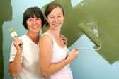 Mor och dotter redecorating. — Stockfoto