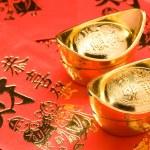 Gold Ingots on Red Envelopes — Stock Photo