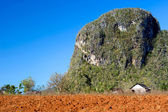 Red earth farmhouse, Vinales, Cuba — Stock Photo