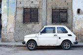 Car and crumbling walls - Havana, Cuba — Stock Photo