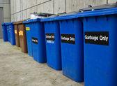 строка рециркуляции и мусорные баки — Стоковое фото