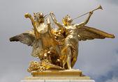 Paris - estátua em ouro de ponte de alexandre iii — Fotografia Stock