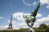 Paris - Eiffel tower and statue of Joan of Arc by Holger Wendekinch — Stock Photo