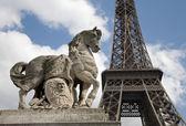 Parigi - scultura di cavallo torre eiffel — Foto Stock