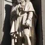 Florence - Leonadro da Vinci statue from Uffizi gallery facade — Stock Photo