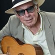 Senior jazz musician with accoustic guitar wearing hat and sunglasses. — Stock Photo #10163198