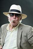 Tabacos de fumar gángster senior hombre vistiendo traje claro y sombrero con gafas de sol vintage. — Foto de Stock