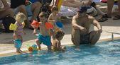 在水游泳池玩耍的孩子们 — 图库照片