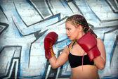 Retrato de uma menina com luvas de boxe vermelhas — Foto Stock