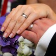 Weddin rings on bride and groom hands — Stock Photo