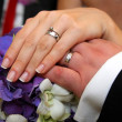 Weddin rings on bride and groom hands - ストック写真