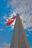 Obelisk and EEUU flag against the light — Stock Photo